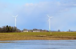 Πάρκο ανεμόμυλων στη Λετονία - άποψη από ploughland με τα παγωμένα νερά Στοκ Εικόνα