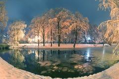 Πάρκο βραδιού μετά από τις χιονοπτώσεις Στοκ Εικόνα