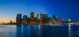 Πάρκο γεφυρών του Μπρούκλιν με το ηλιοβασίλεμα και τον ορίζοντα πόλεων της Νέας Υόρκης Στοκ Εικόνα