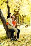 πάρκο ζευγών φθινοπώρου Στοκ εικόνα με δικαίωμα ελεύθερης χρήσης