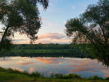 Πάρκο λιμνών και πόλεων στο ηλιοβασίλεμα Στοκ Φωτογραφίες