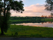 Πάρκο λιμνών και πόλεων στο ηλιοβασίλεμα Στοκ Εικόνα