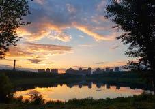 Πάρκο λιμνών και πόλεων στο ηλιοβασίλεμα Στοκ φωτογραφία με δικαίωμα ελεύθερης χρήσης