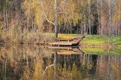 Πάρκο και λίμνη autum πάγκων Στοκ Εικόνες