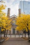 Πάρκο και η εκκλησία της ιερής τριάδας στο κέντρο της πόλης του Τορόντου Στοκ Εικόνες