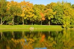 Πάρκο και λίμνη μονών Novodevichy το φθινόπωρο Αντανάκλαση Στοκ Εικόνες