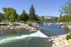 Πάρκο και ποταμός κοντά σε στο κέντρο της πόλης Reno, NV. Στοκ Εικόνες
