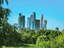Πάρκο και πόλη, η έννοια του urbanism και φύση, μια όαση στοκ εικόνα