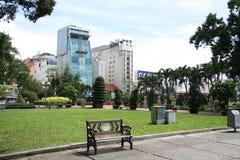 Πάρκο και σύγχρονα κτήρια σε ένα κέντρο Chi Mi Ho Στοκ Εικόνες