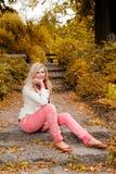 πάρκο κοριτσιών φθινοπώρο&u Στοκ φωτογραφίες με δικαίωμα ελεύθερης χρήσης