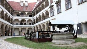 πάρκο με καλά μπροστά από ένα παλαιό κάστρο απόθεμα βίντεο