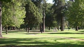 Πάρκο με μια πορεία και ένα περπάτημα ανθρώπων απόθεμα βίντεο