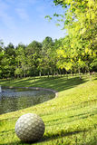 Πάρκο με τη λεκάνη στο ηλιοβασίλεμα και τη σφαίρα γκολφ αγαλμάτων στοκ φωτογραφία με δικαίωμα ελεύθερης χρήσης