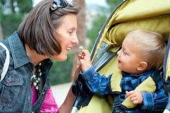 πάρκο μητέρων αγοριών Στοκ Εικόνες