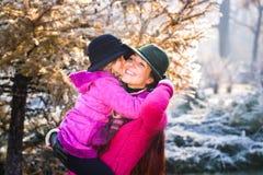 πάρκο μητέρων κορών φθινοπώρ&om ευτυχής μητέρα κορών Στοκ εικόνες με δικαίωμα ελεύθερης χρήσης