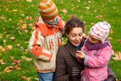 πάρκο μητέρων παιδιών στοκ εικόνα