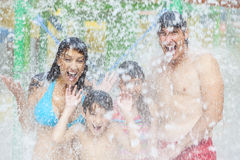 Πάρκο οικογενειακού ύδατος παιδιών κορών γιων πατέρων μητέρων στοκ φωτογραφία με δικαίωμα ελεύθερης χρήσης