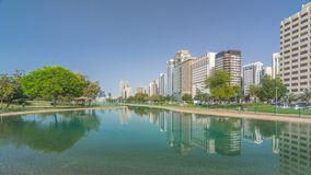 Πάρκο παραλιών λεωφόρων Corniche κατά μήκος της ακτής στο Αμπού Ντάμπι timelapse hyperlapse με τους ουρανοξύστες στο υπόβαθρο απόθεμα βίντεο