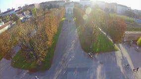 Πάρκο πόλεων άνωθεν, καφετιά κεραία σούρουπου δέντρων πτώσης φθινοπώρου φιλμ μικρού μήκους