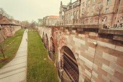 Πάρκο πόλεων και υπόγειος δρόμος τραίνων κάτω από τη γέφυρα στην ιστορική πόλη Στοκ φωτογραφία με δικαίωμα ελεύθερης χρήσης