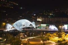 Πάρκο πόλεων νύχτας και γέφυρα της ειρήνης στο παλαιό μέρος του Tbilisi Στοκ εικόνες με δικαίωμα ελεύθερης χρήσης