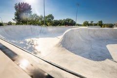 Πάρκο σαλαχιών στην ημέρα Αστικό συγκεκριμένο skatepark σχεδίου Στοκ Φωτογραφία