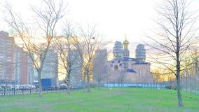 Πάρκο σε Rybatskoe και η εκκλησία του Nativity της ευλογημένης Virgin Mary απόθεμα βίντεο