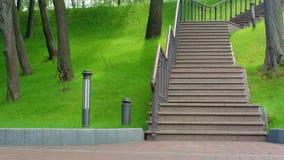 Πάρκο σκαλοπατιών Σκάλα στο πάρκο την άνοιξη Βήματα πάρκων και πράσινη χλόη απόθεμα βίντεο