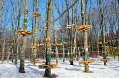 Πάρκο σχοινιών έλξης στο δάσος το χειμώνα Στοκ Φωτογραφία