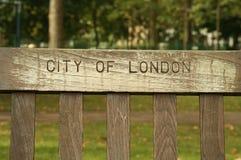 πάρκο του Λονδίνου πάγκω& Στοκ Εικόνες