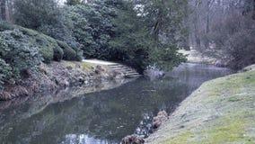 Πάρκο του Castle με το ρεύμα Διακοσμητικός κήπος με το μικρό ποταμό απόθεμα βίντεο