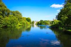 Πάρκο του ST Jaimes σε μια ηλιόλουστη ημέρα στο Λονδίνο Στοκ Φωτογραφίες