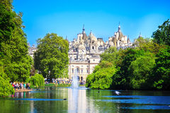 Πάρκο του ST Jaimes σε μια ηλιόλουστη ημέρα στο Λονδίνο Στοκ εικόνες με δικαίωμα ελεύθερης χρήσης