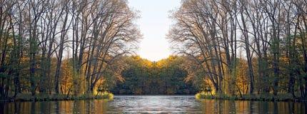 Πάρκο το φθινόπωρο στον ήλιο Αντανάκλαση στη συμμετρία νερού και καθρεφτών Στοκ εικόνα με δικαίωμα ελεύθερης χρήσης