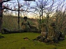 Πάρκο των τεράτων, ιερό άλσος, κήπος Bomarzo Υπόλοιπο λιονταριών και λιονταρινών με μια σειρήνα στοκ φωτογραφία