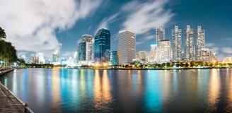 Πάρκο Benjakiti τη νύχτα στη Μπανγκόκ Ταϊλάνδη Στοκ φωτογραφίες με δικαίωμα ελεύθερης χρήσης