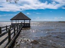 Πάρκο Gazebo κληρονομιάς Currituck πέρα από το αστράφτοντας νερό στοκ εικόνες με δικαίωμα ελεύθερης χρήσης