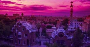 Πάρκο Guell που σχεδιάζεται από το Antoni Gaudi στη Βαρκελώνη ανατολή της Βαρκελώνης απόθεμα βίντεο