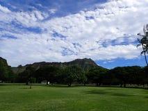 Πάρκο Kapiolani κατά τη διάρκεια της ημέρας με το κεφάλι και τα σύννεφα διαμαντιών Στοκ φωτογραφία με δικαίωμα ελεύθερης χρήσης