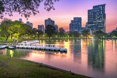 Πάρκο Lumpini στη Μπανγκόκ τη νύχτα, Ταϊλάνδη στοκ εικόνες