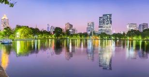 Πάρκο Lumpini στη Μπανγκόκ τη νύχτα, Ταϊλάνδη Έννοια πανοράματος στοκ φωτογραφία με δικαίωμα ελεύθερης χρήσης