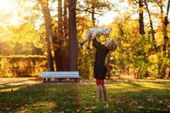 Πάρκο Mom και γιων το φθινόπωρο Στοκ Φωτογραφία
