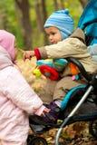 πάρκο playng δύο μωρών Στοκ φωτογραφία με δικαίωμα ελεύθερης χρήσης