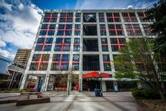 Πάρκο Simcoe και ένα σύγχρονο κτήριο στο στο κέντρο της πόλης Τορόντο, Οντάριο Στοκ φωτογραφία με δικαίωμα ελεύθερης χρήσης
