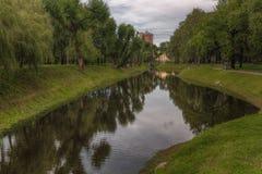 Πάρκο Tavricheskiy Η λίμνη σταθμεύει την άνοιξη μπλε σύννεφων πλήρες πράσινο τοπίο εστίασης πεδίων ημέρας οφειλόμενο λίγη μετακίν Στοκ φωτογραφία με δικαίωμα ελεύθερης χρήσης