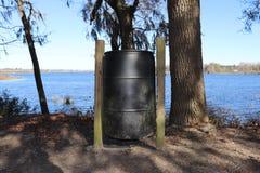 Πάρκο trashcan από το νερό στοκ εικόνα
