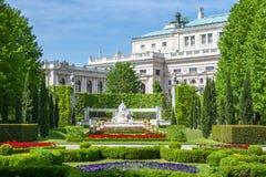 Πάρκο Volksgarten και θέατρο Burg, Βιέννη, Αυστρία στοκ εικόνα