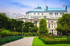 Πάρκο Volksgarten με την άποψη στη Βιέννη Burgtheater στοκ φωτογραφία με δικαίωμα ελεύθερης χρήσης