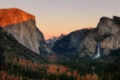 Πάρκο Yosemite άποψης σηράγγων ηλιοβασιλέματος, Καλιφόρνια Στοκ εικόνες με δικαίωμα ελεύθερης χρήσης