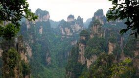 Πάρκο Zhangjiajie τοπίων βουνών άποψης με τους στυλοβάτες πετρών και τους σχηματισμούς βράχου απόθεμα βίντεο